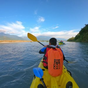 Kayaking tour at the gorgeous Hualien river, you will appreciate the blue sky and the crystal clear water.